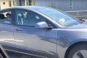 Uhapšen vozač Tesle koji je uključio auto-pilot i vozio se na zadnjem sedištu VIDEO