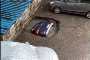 "Rupa ""progutala"" parkirani automobil VIDEO"