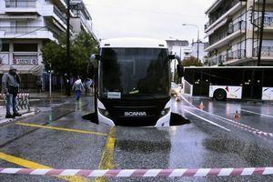Neobična nezgoda u Solunu; autobus sa radnicima upao u rupu na putu FOTO