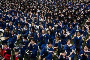 Wuhan: Tausende Studienabsolventen feiern ohne Corona-Schutzmaßnahmen