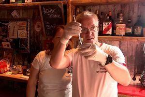 Berlin – der »Stecher von Lichtenberg«: Spritzen aus dem Rum-Glas