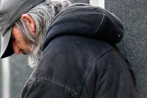 Bezdomovec našel na ulici téměř milion korun. Když celou částku vrátil majiteli, rázem se mu obrátil celý život vzhůru nohama