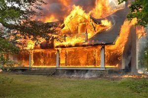 Tříletá dvojčata zemřela v objetí při tragickém požáru. Matka přes zavřená okna pozorovala, jak pomalu umírají v plamenech