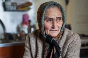 Mladá žena se rozhodla pomoci starší sousedce, která si zabouchla klíče. Když viděla, v čem žije, otupěla šokem