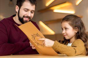Táta vzal šestiletou dceru na obyčejnou večeři. Tajemný vzkaz od cizince však večer proměnil v nezapomenutelný zážitek