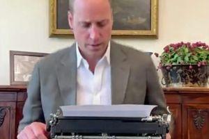 Vsi so gledali, kako princ tipka na pisalni stroj, le redki pa so opazili, da ima William v pisarni nekaj, kar zadane naravnost v srce