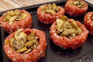 Připravte si hnízda z mletého masa plněná žampióny a sýrem