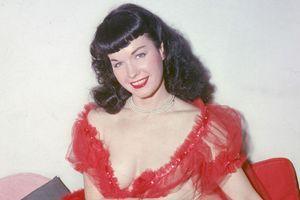 Az 1950-es évek híres pin-up modelljének megrázó története: Bettie Page 10 évet töltött elmegyógyintézetben