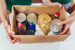 Раздават пакети с храна за нуждаещи се