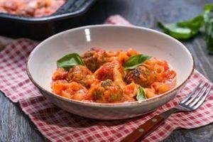 Запечени кюфтета с паста и доматен сос