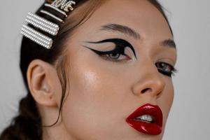 """Vežbajte šminku u stilu """"grafički ajlajnera"""" koja ističe oči iznad maske"""