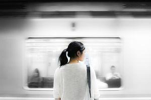 JEZIVO ILI GEST VREDAN DIVLJENJA: Nepoznati muškarac je seo preko puta žene koja je zaspala u vozu i URADIO OVO