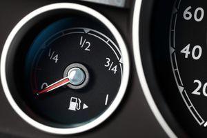 Niti najbolj izkušeni vozniki ne vedo tega: Čemu služi puščica pred oznako za gorivo?