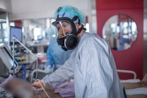 Na intenzivni negi že več kot sto bolnikov s covid-19