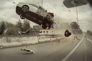 Barijera sprečila potpuni haos: Stravičan udes zabeležen kamerom iz Tesle (VIDEO)