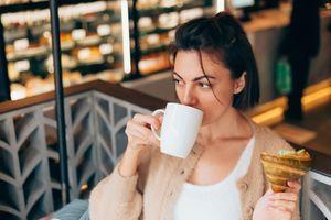 Obratite pažnju kako deluje na vas: Da li kafa pogoršava GRČEVE tokom menstruacije?