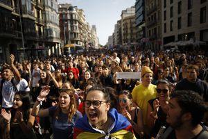 Širom Katalonije protesti protiv presuda separatista: Auto-put do Barselone BLOKIRAN, kao i stanice metroa i aerodrom (FOTO)