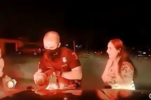 HEROJ U SEKUNDI: Policajac se odazvao na hitan poziv roditelja, i spasio bebu sigurnog gušenja (VIDEO)