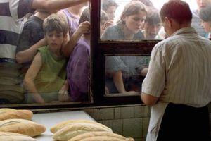 Pre 30 godina Srbi su se tukli zbog hleba - sada se desilo isto i zvanično smo dotakli dno