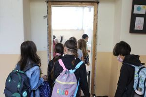 Roditelji osnovaca sa Novog Beograda ogorčeni na direktorku škole zbog saglasnosti koju im je dala da potpišu