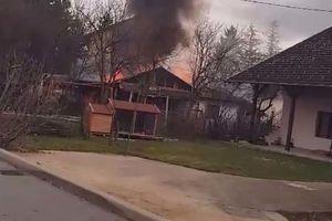 POVREĐENIH NIJE BILO Gorela dvorišna kuća, vatrogasci sprečili širenje buktinje (VIDEO)