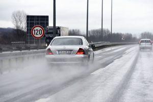 AMSS UPOZORAVA Oprez u vožnji zbog mokrih kolovoza, olujnog vetra, ali i gužve