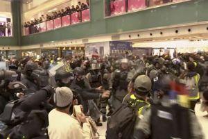 PROTEST U TRŽNIM CENTRIMA Policija koristila biber sprej protiv DEMONSTRANATA u Hong Kongu
