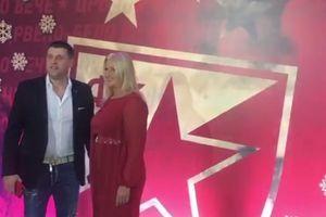 Zvezda večeras nagrađuje, fudbaleri se sredili, njihove žene blistaju: Supruga trenera u simboličnoj boji, a Borjanova draga u HIT TRENDU