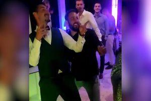 (VIDEO) OŽENIO SE BRAT PETRA STRUGARA Atmosfera na svadbi neverovatna, glumac pao u trans i svi govore o njegovim plesnim pokretima