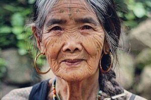 Sa 103 godine ona je najstariji tattoo majstor na svetu i ljudi prelaze pola planete da bi im ova baka iscrtavala telo