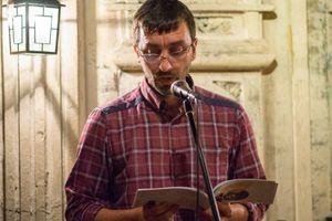 Dragan je jedan od najdarovitijih savremenih pesnika, ipak radi u vešeraju bolnice i planira da se bavi poljoprivredom