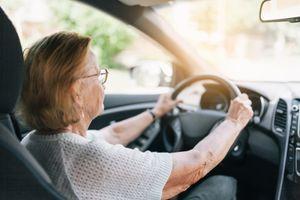 EVO ZAŠTO NIJE SVEJEDNO: Morate paziti kojom rukom otvarate vrata automobila, jedan način je veoma opasniji od drugog! (VIDEO)