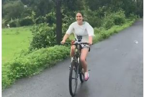 Sara-Ibrahim enjoy cycling in windy weather