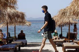 SRBIN SE OGLASIO IZ GRČKE I UPOZORIO Turisti idu po plaži i rade užasnu stvar, mahom su to naši ljudi (FOTO)