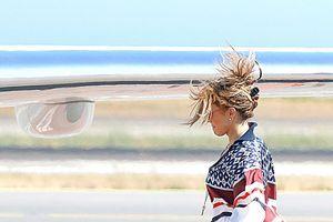 E OVO JE PRAVA DAMA! Svojim stajlingom ODUVALA SVE, ulazi u avion kao prava DIVA! (FOTO)