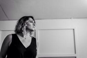 Ασπασία Στρατηγού: Η φωνή που «κρύβεται» πίσω από τα τραγούδια της «Ευτυχίας» μιλά στο infowoman