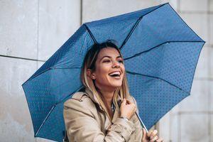 Modna inspiracija za kišne dane: Od kabanice do PVC MANTILA 21. VEKA (FOTO)