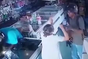 Snimak PLJAČKE koji nikoga ne ostavlja ravnodušnim: OVAKO je razbojnik postupio sa uplašenom bakom (VIDEO)