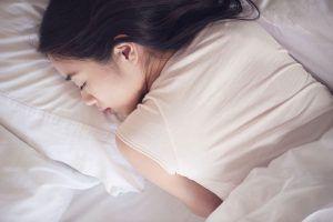 Zašto se trzamo kada tonemo u san