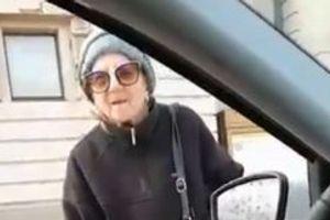 """(VIDEO) Jedna baka zatečena na ulici ovih dana nasmejala je društvene mreže: """"Bila sam na času engleskog…"""""""