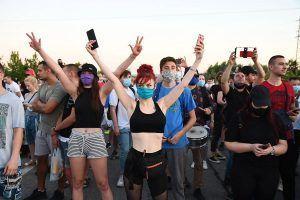 Novosađani blokirali policijsku stanicu, tražili od ministra Stefanovića da ih uhapsi, skandirali policajcima…