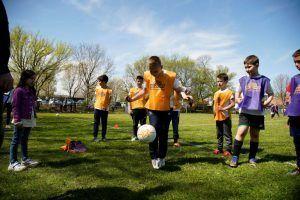 Osmesi dece nemaju cenu: Katai izmamio ovacije na Mozzartovom otvorenom času fudbala