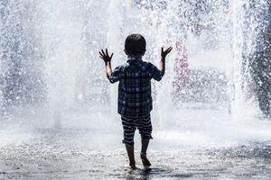 KAKO NAJMLAĐI PODNOSE VRUĆINU? Evo šta svaki roditelj treba da zna, i kako zaštititi decu od visokih temperatura!