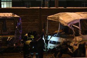 JEZIVA SAOBRAĆAJNA NEZGODA: Kamion odneo minibus na auto-putu, poginulo najmanje 18 ljudi (FOTO)