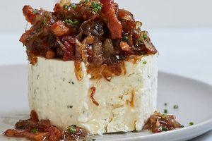 Boursin sir sa karamelizovanim lukom i slaninom
