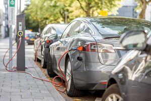 """Može li da vas """"drmne"""" struja dok punite električni automobil?"""