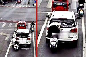 Zakucala se u auto ispred sebe, razbila mu staklo, pa umalo naglavačke upala u njega